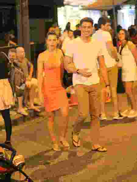 Cauã Reymond sorri para as câmeras ao sair de jantar com Mariana Goldfarb - Daniel Delmiro/AgNews