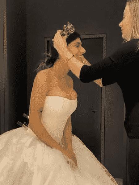 Mia Khalifa postou um vídeo no qual experimenta seu vestido de noiva - Reprodução/Instagram/@miakhalifa