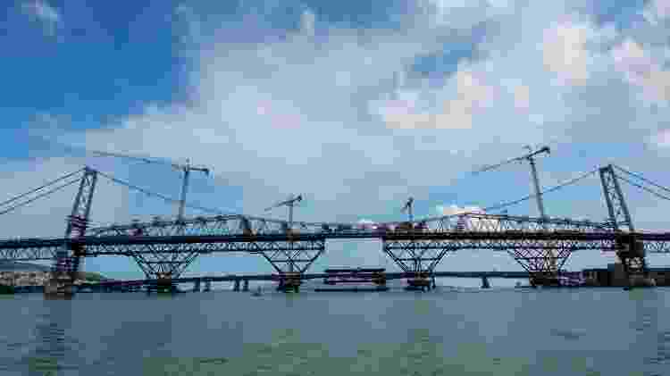 Ponte Hercílio Luz foi inaugurada em 1926 e é o maior cartão-postal de Florianópolis - Divulgação
