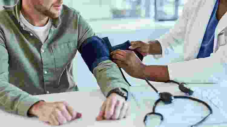 Homem medindo pressão arterial, hipertensão - iStock - iStock