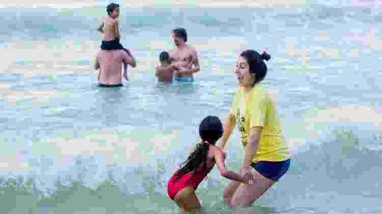 Crianças que nunca viram o mar são acompanhadas por voluntários durante dia de atividades na praia - Bruno Alques/Divulgação