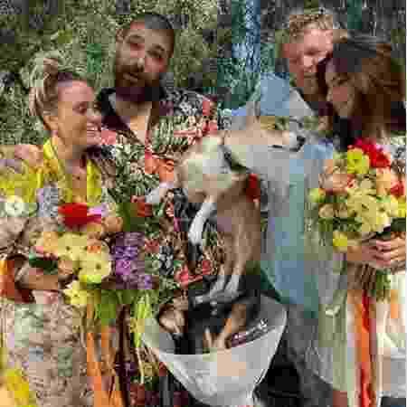 Emily Ratajkowski faz cerimônia de casamento para cachorro Colombo - Instagram @emrata