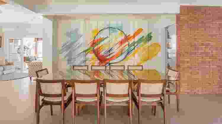 Nesta casa de praia reformada pela PB Arquitetura, o grafite de Fernando Reche cobre o armário da sala de jantar - Henrique Ribeiro - Henrique Ribeiro
