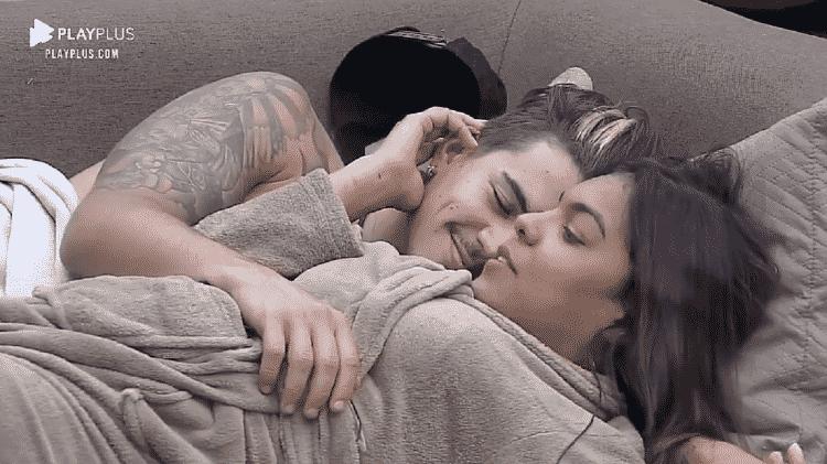 A Fazenda 2020: Biel e Tays namoram no sofá - Reprodução/RecordTV - Reprodução/RecordTV