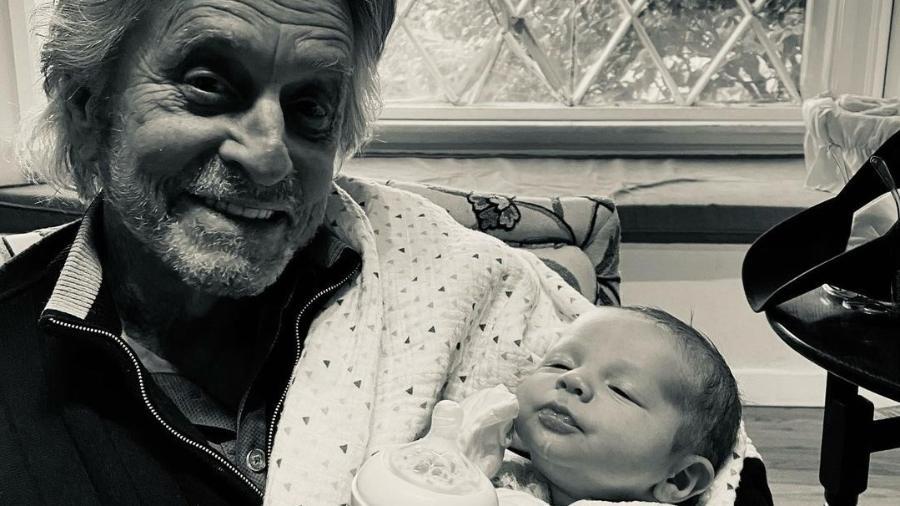 Michael Douglas posa com seu netinho Ryder  - Reprodução/Instagram