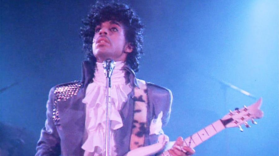 """Prince com a famosa camisa cheia de babados de """"Purple Rain"""" - Reprodução"""