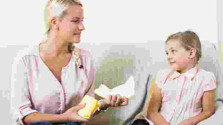 Mãe conversa com filha criança sobre menstruação, menarca, absorvente - iStock - iStock