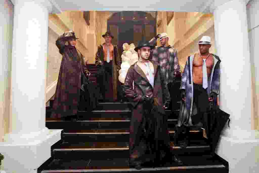 """25;jul.2015 - Fãs de """"Cinquenta Tons de Cinza"""" se divertem na Convenção 50 Tons de Grey, na Casa de Portugal, no bairro da Liberdade, em São Paulo. O evento rúne palestras, workshops, sessões de autógrafos, shows de música e dança que remetem ao universo sensual dos livros de E.L. James - Ricardo Matsukawa"""