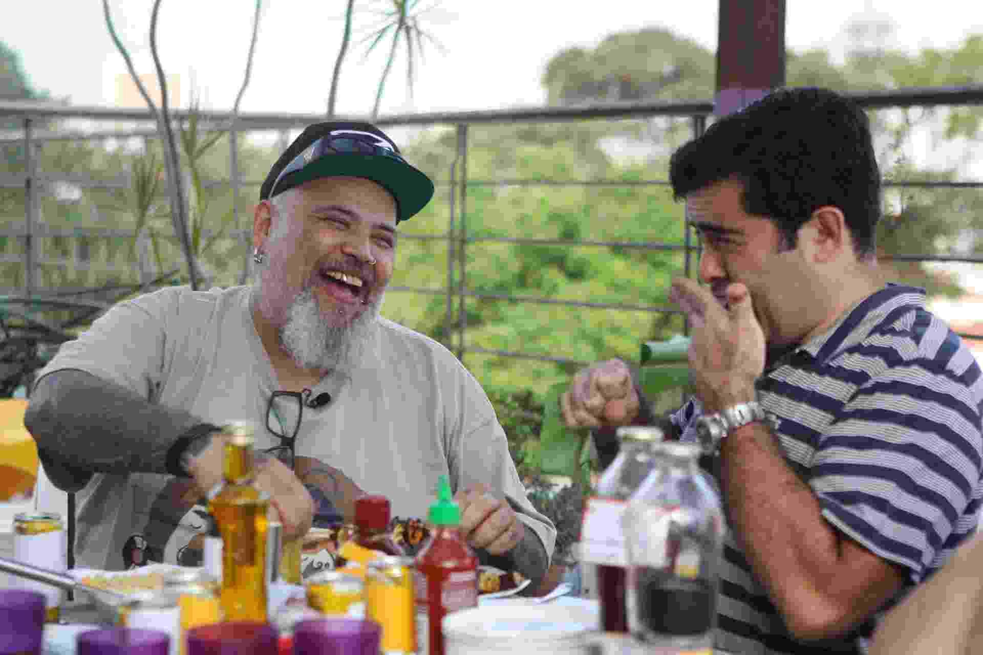 """15.out.2015 - João Gordo recebe o grupo Hermes e Renato em sua casa para um churrasco vegano e a gravação do programa """"Panelaço"""" - Junior Lago/UOL"""