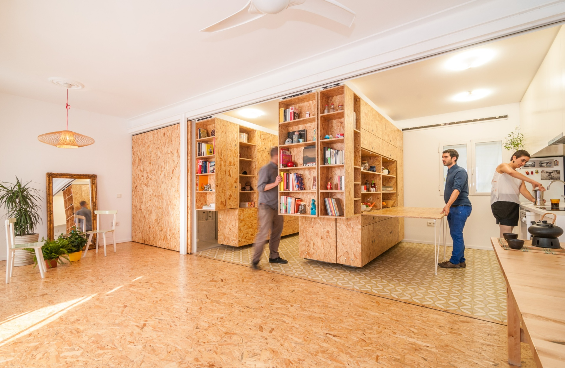 Em Madri, a pequena casa da designer Yolanda Pita não possui divisórias convencionais, mas uma série de módulos móveis que acomodam o mobiliário e criam os espaços para armazenamento. Um painel de correr esconde a pia e a bancada da cozinha (foto), sempre que a proprietária deseja separar as funções tipicamente residenciais do seu escritório. O projeto foi desenvolvido pelos arquitetos do escritório PKMN e faz parte da série Pequeñas Grandes Casas