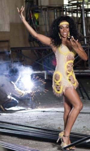 Stephanye Cristine, rainha da bateria do Peruche, em ensaio exclusivo para o UOL no barracão da escola, na zona norte de São Paulo
