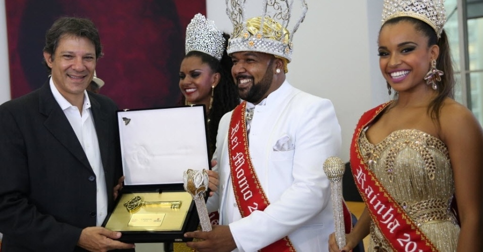 27.jan.2016- O Rei Momo, Ricardo Cardosos de Lima, recebe do Prefeito de São Paulo, Fernando Haddad, a chave da cidade, em ato simbólico, que representa o reinado durante os dias de folia na cidade