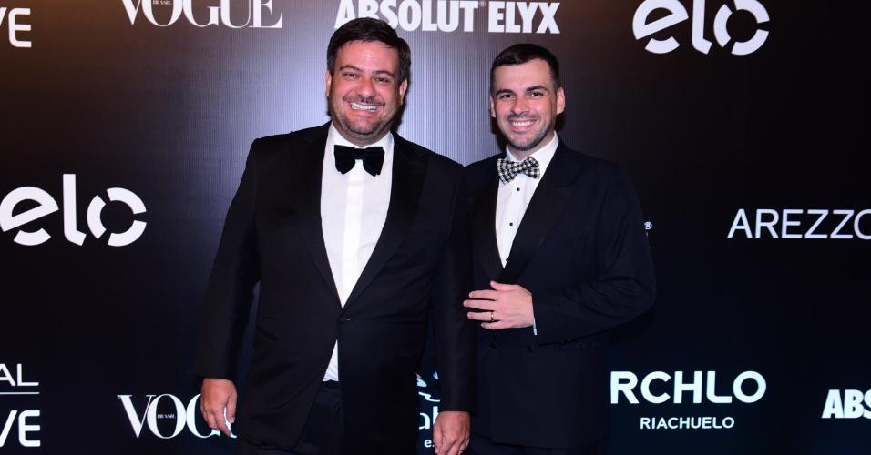 28.jan.2015 - Bruno Astuto e o seu marido Sandro Barros chegam juntos para o baile da Vogue no Hotel Unique em São Paulo, na noite desta quinta-feira