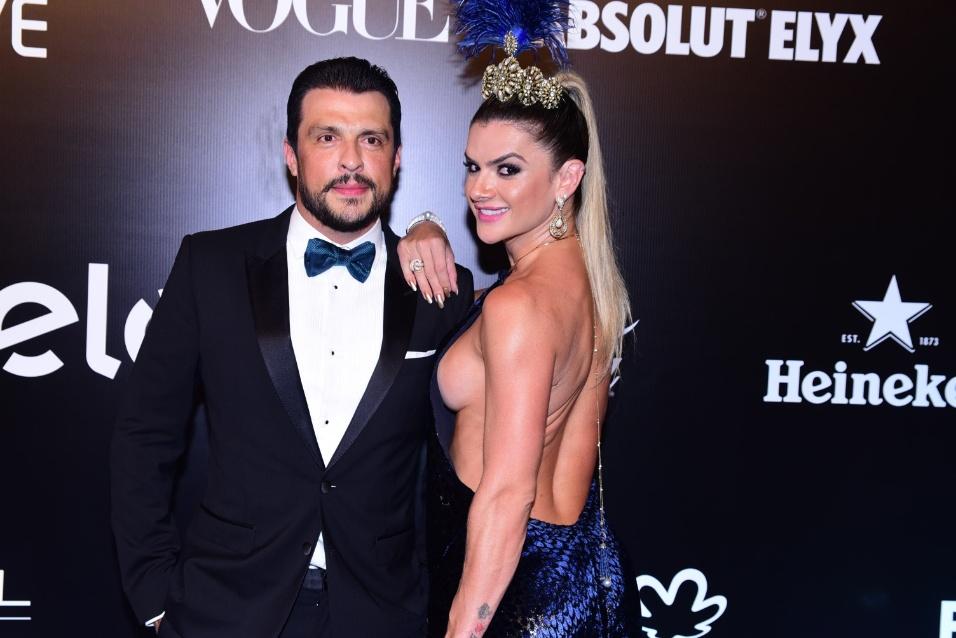 28.jan.2016 - O humorista Wellington Muniz e Mirella Santos no baile da Vogue que apostou no tema Pop África este ano