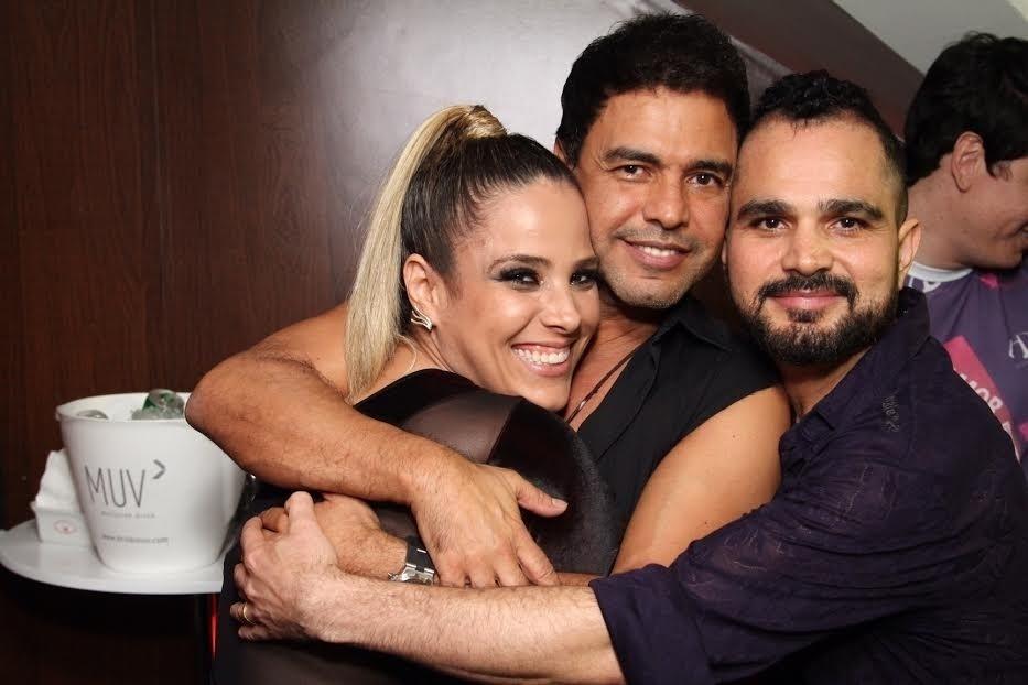 6.fev.2015- Zezé Di Camargo, Wanessa Camargo e Luciano se abraçam no Camarote É o amor, na Sapucaí, no Rio