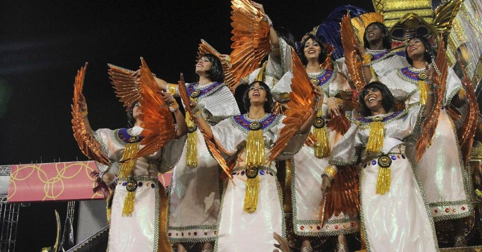 6.fev.2016 - Mulheres desfilam em carro alegórico da Águia de Ouro