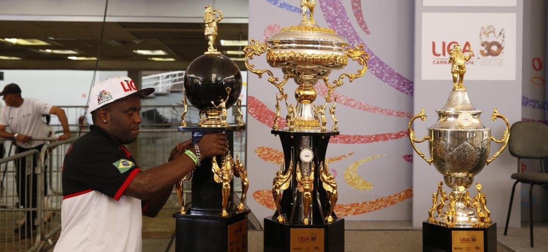 Os troféus destinados aos vencedores do Carnaval 2016 de São Paulo - Lucas Lima/UOL