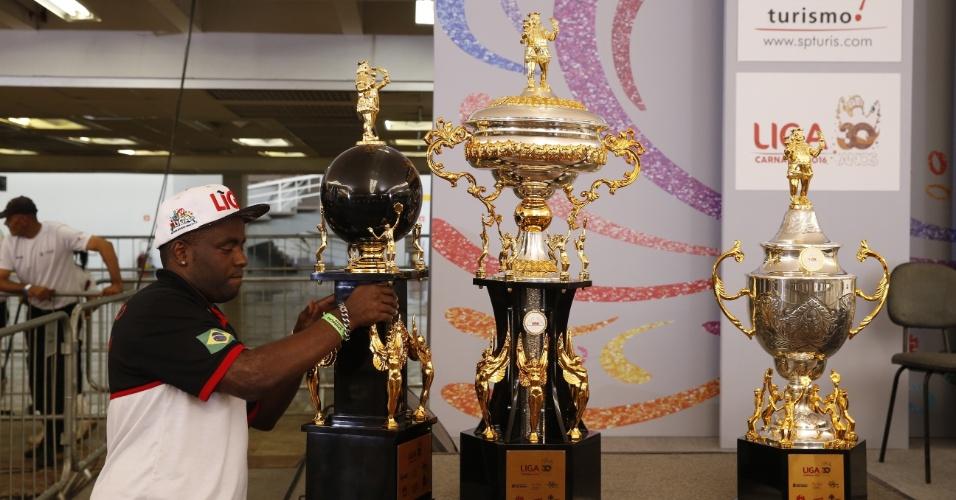 09.fev.2016 - Os troféus destinados aos vencedores do Carnaval de São Paulo já estão no Palácio de Convenções do Anhembi, onde é realizada nesta terça-feira (9) a apuração das notas dos jurados