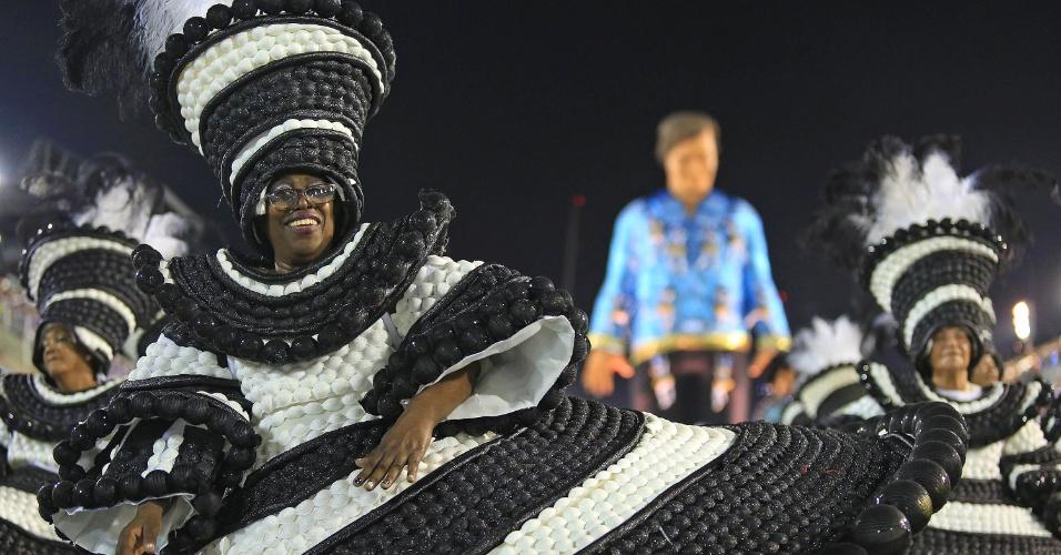 9.fev.2016 - A ala das baianas no desfile da Portela