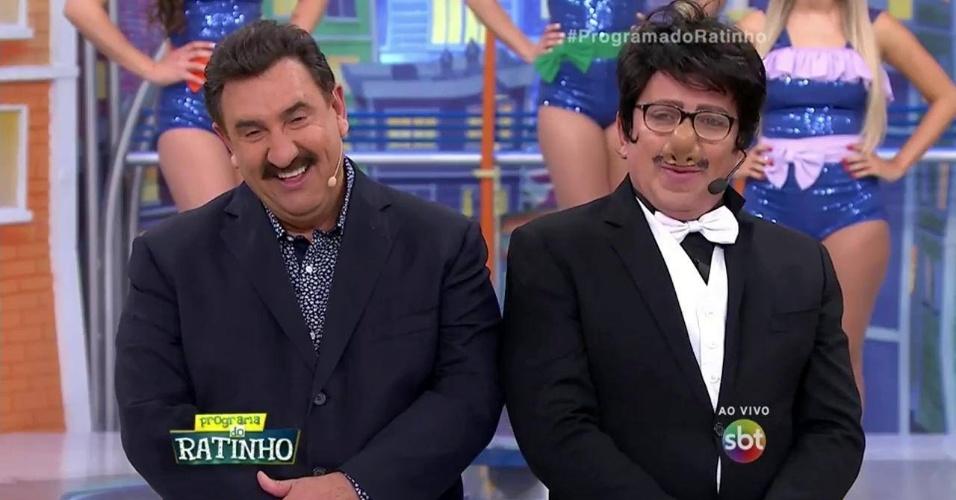 11.jul.2016 - Sem voz, Ratinho é ajudado por Santos para apresentar seu programa no SBT