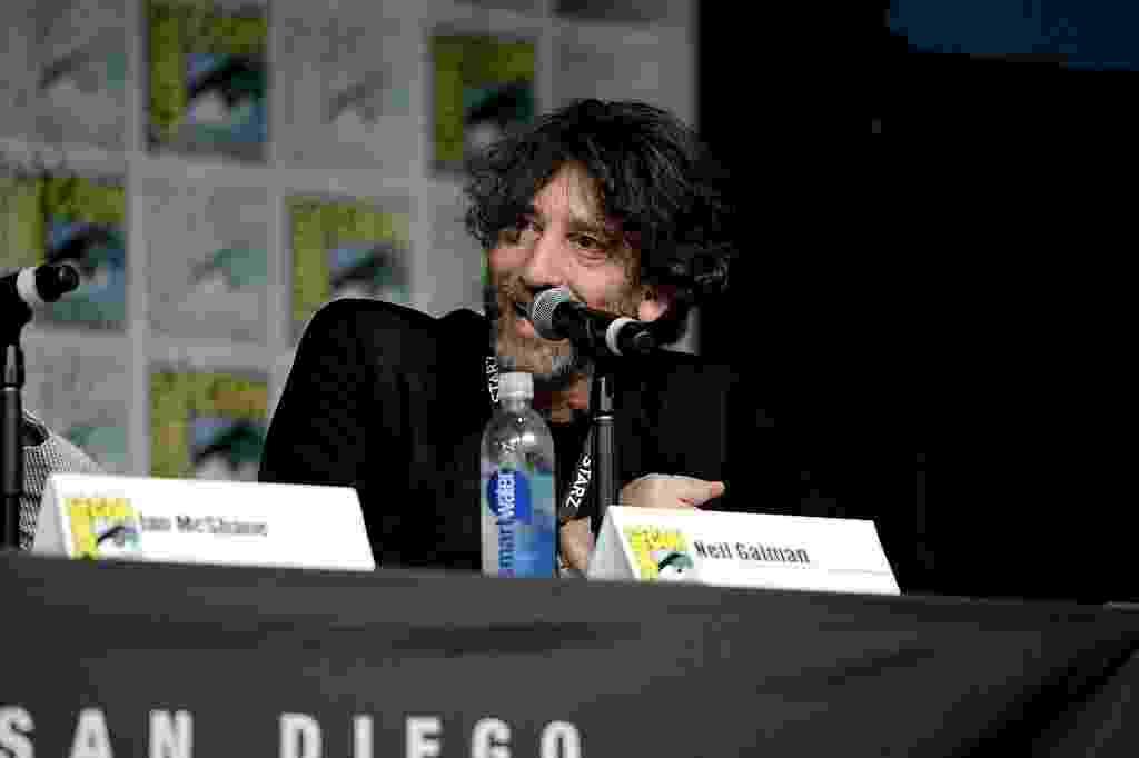 """22.jul.2016 - Lançando o romance """"American Gods"""", que inspirou a série homônima, o britânico Neil Gaiman é um dos destaques da edição 2016 da Comic-Con - Michael Kovac/Getty Images"""