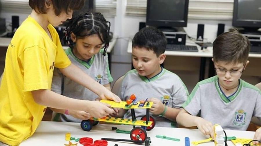 Aulas de robótica permitem a crianças da rede municipal de Cascavel aprender como funcionam postes e carros - Divulgação