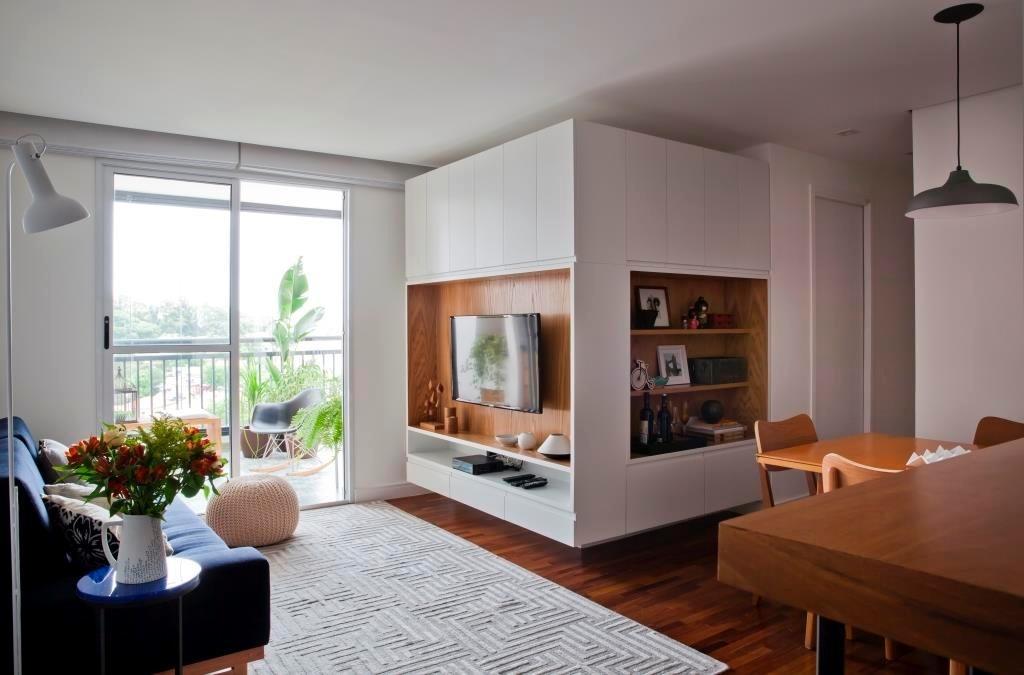 O apê Cátia tinha, originalmente, uma sala expandida e apenas um dormitório. Para receber mais um morador, foi criado um novo quarto com parede de gesso acartonado, que também fixa a marcenaria em L do living. O móvel, desenhado pelo escritório Iná Arquitetura,