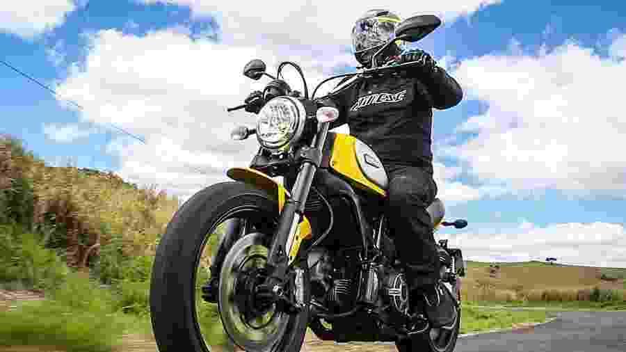 Ducati Scrambler (foto) e Triumph Bonneville são dois exemplos de moto que têm feito sucesso por conta do visual simplista - Infomoto