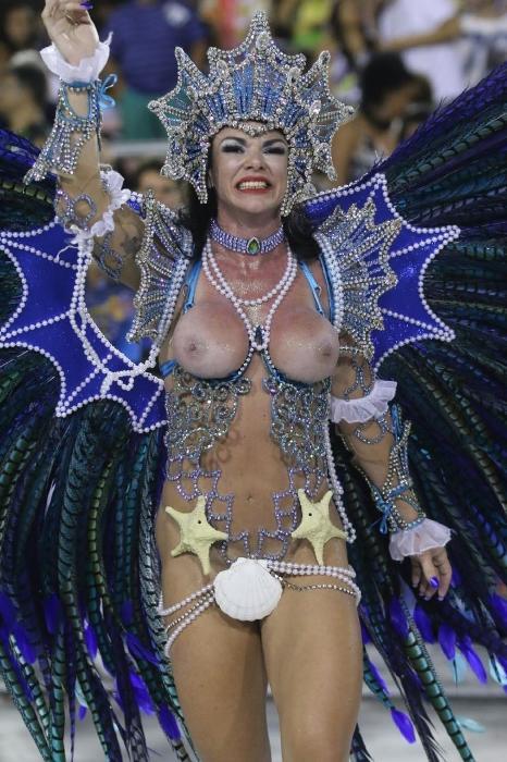 Destaque de chão da União do Parque Curicica, escola da Série A do Rio de Janeiro, Silvia Schreiber deixa seios à mostra em desfile nostálgico sobre as lembranças da infância. Ela representa Iara, protetora das águas no folclore brasileiro