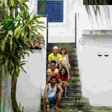 Arquiteta Isadora Freire (de amarelo) e parte do grupo de amigos da casa Comigo É Assim - Tiago Calazans