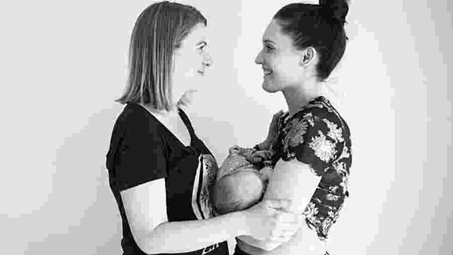 Claire e a mulher, Steph (à direita), que não pariu a filha delas, mas consegue amamentá-la - Reprodução/Lacey Barratt