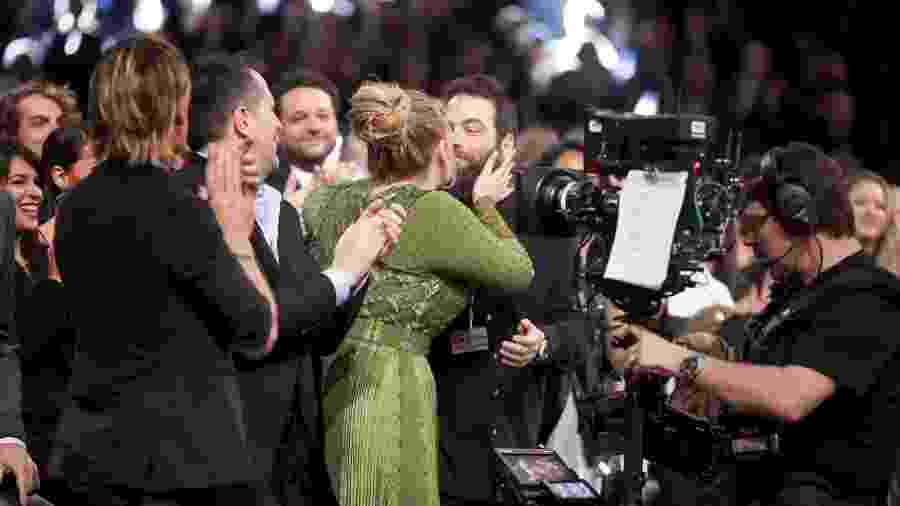 Adele beija o marido, Simon Konecki, durante participação no Grammy - Christopher Polk/Getty Images for NARAS