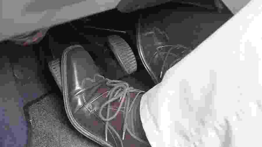 Manter o pé apoiado no pedal esquerdo é um costume comum que reduz sensivelmente a vida útil do sistema de embreagem - Almeida Rocha/Folha Imagem