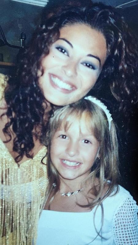 """Juliana Paes e Carla Diaz em 2000, nos bastidores de """"Laços de Família"""" - Reprodução/Instagram"""