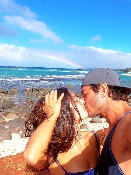 Isis valverde e André Resende se beijam em praia - Reprodução/Instagram