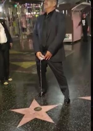 """Comediante George Lopez faz """"xixi"""" na estrela de Donald Trump em Hollywood"""