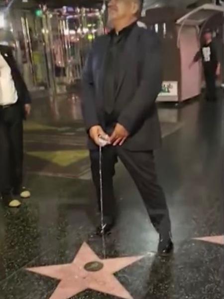 """Comediante George Lopez faz """"xixi"""" na estrela de Donald Trump em Hollywood - Reprodução/TMZ"""