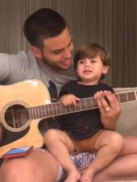 Jonathan Couto canta ao lado de filho - Reprodução/Instagram
