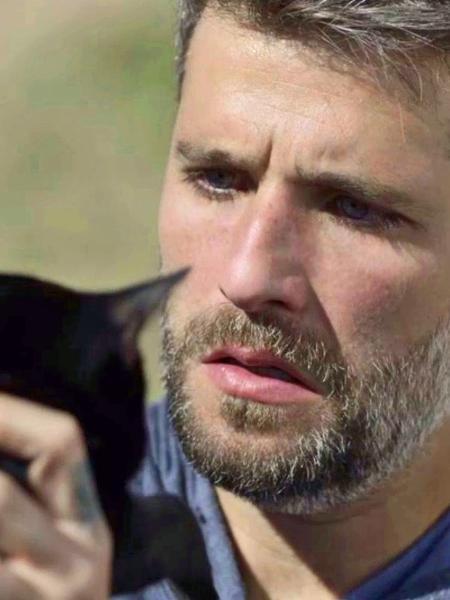 """Gabriel (Bruno Gagliasso) observa o gato Leon em """"O Sétimo Guardião"""" - Reprodução/Globo"""