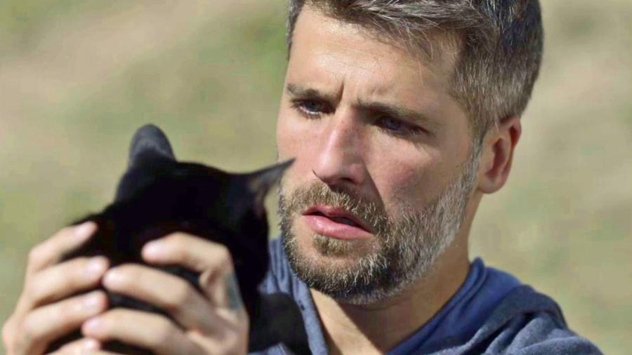 Gabriel (Bruno Gagliasso) observa o gato Leon - Reprodução/Globo