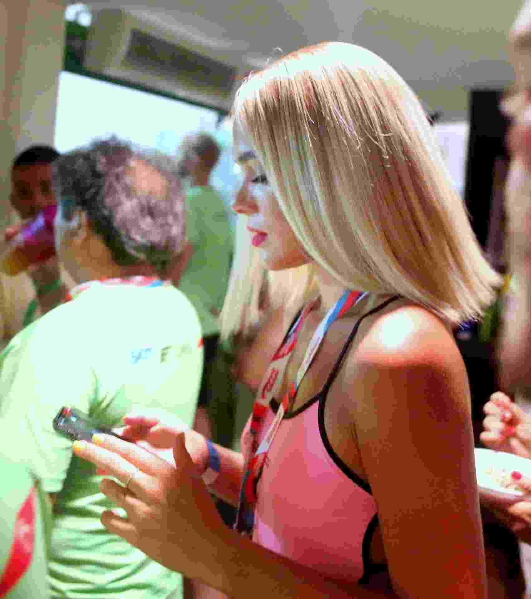 3.mar.2018 - A atriz Bruna Marquezine apareceu loira no camarote Expresso 2222, no Carnaval de Salvador - Thiago Martins/Agnews