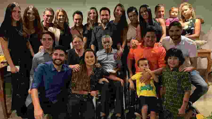 Seu Francisco Camargo e Dona Helena com a família   - Reprodução/Instagram