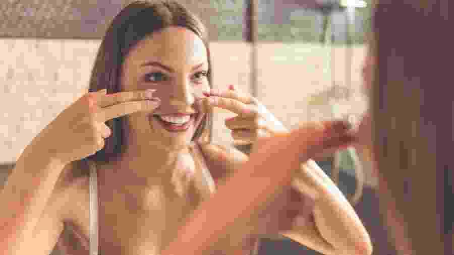 """Massagens faciais podem entrar facilmente na sua rotina e no bolso. """"Basta criar o hábito de estimular os músculos da face com os dedos"""", fala Suellen Campanhola - iStock Images"""