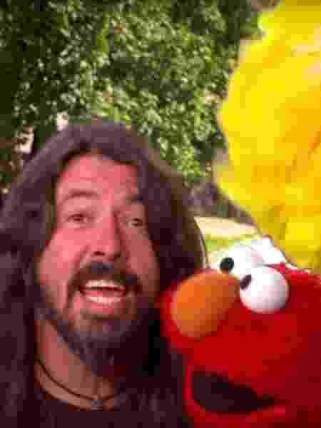 Em participação especial, Dave Grohl cantou ao lado de Elmo e Garibaldo, personagens de Vila Sésamo - Reprodução/YouTube