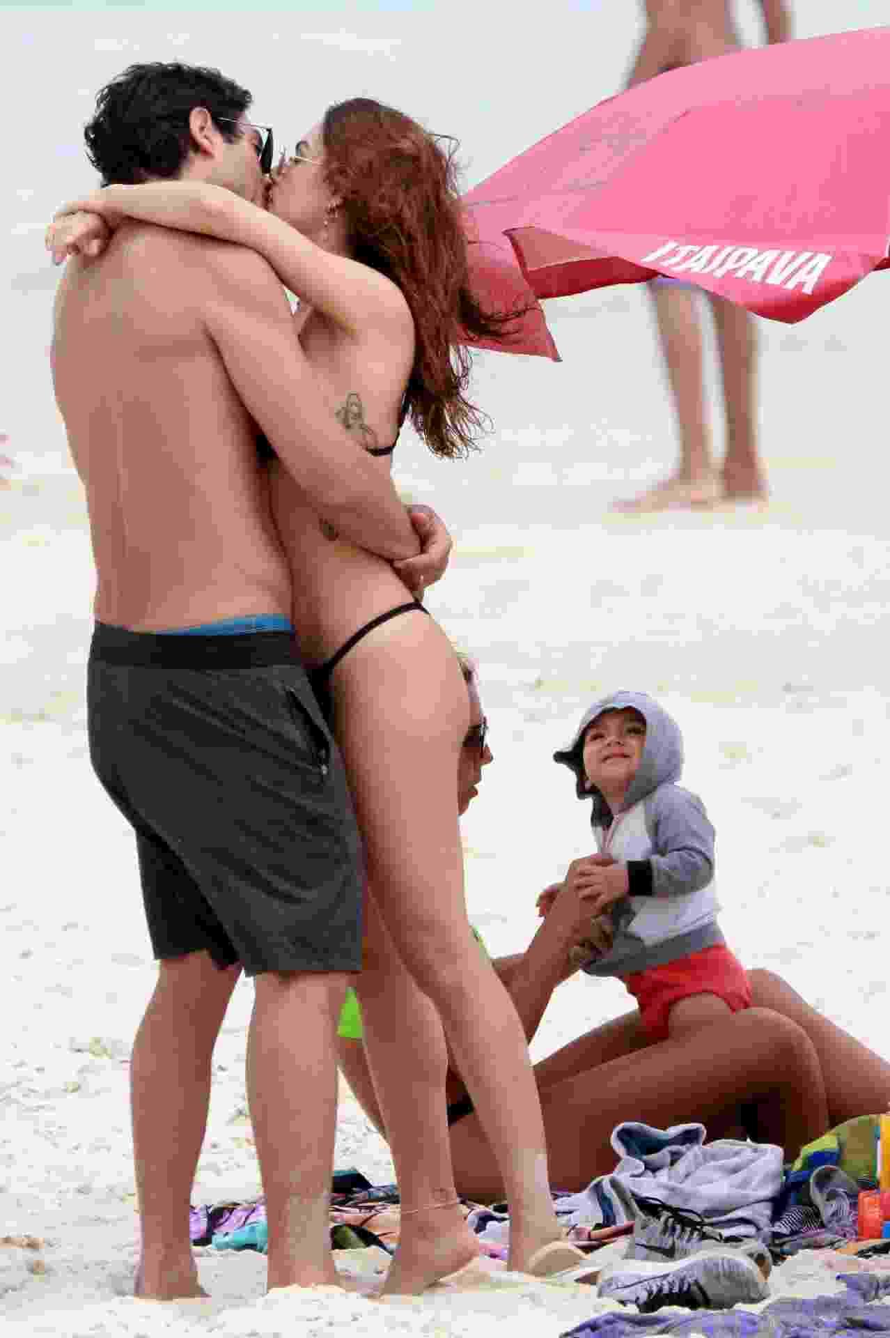 Isis Valverde curte o marido, André Rezende, em praia no Rio - DILSON SILVA/AGNEWS