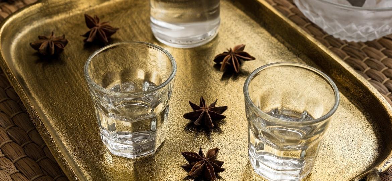 Ouzo está entre as bebidas anisadas que fazem sucesso pelo mundo - Getty Images
