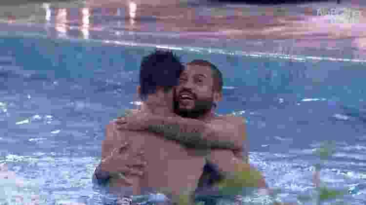 BBB 21: Arthur e Projota comemoram vitória na prova do líder com mergulho na piscina - Reprodução/Globoplay - Reprodução/Globoplay