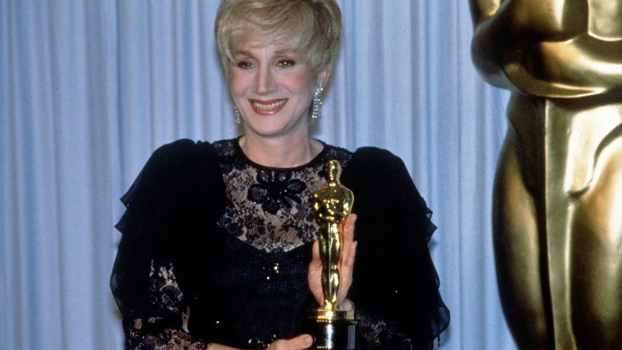 Olympia Dukakis com seu Oscar de melhor atriz coadjuvante em 1988 - Images Press/Getty Images