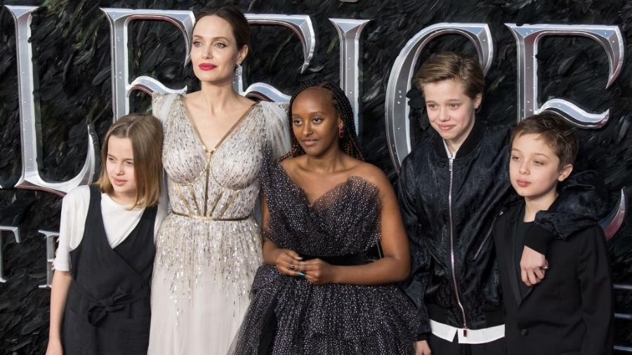 """Angelina Jolie, na exibição do filme """"Malévola: Dona do Mal"""", em 2019, com Zahara Marley Jolie-Pitt, Shiloh Nouvel Jolie-Pitt and Knox Jolie-Pitt - Jeff Spicer/Getty Images"""