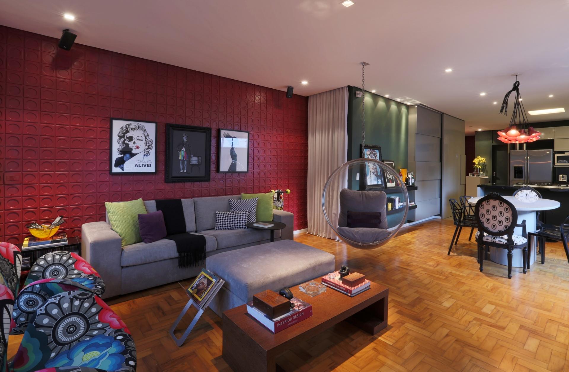 O destaque da sala de estar na casa Sumaré, em São Paulo, é a parede atrás do sofá, com revestimento plástico da Forrorama (em placas de 40 cm x 40 cm, com volumetria). O piso de madeira é original da construção, de peroba rosa restaurada com aplicação de resina Bona. A reforma foi projetada pela arquiteta Renata Popolo
